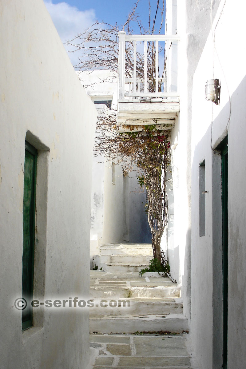 Walking around the paved alleys of Chora